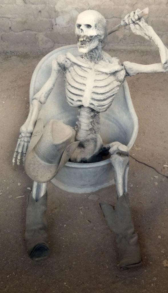 putolunes.es | esqueleto del salvaje oeste en la bañera.
