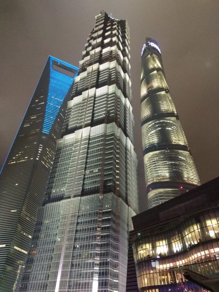 Súper rascacielos en Shanghai: la Shanghai Tower (632m), el World Financial Center (492m) y la Jin Mao Tower (420m).