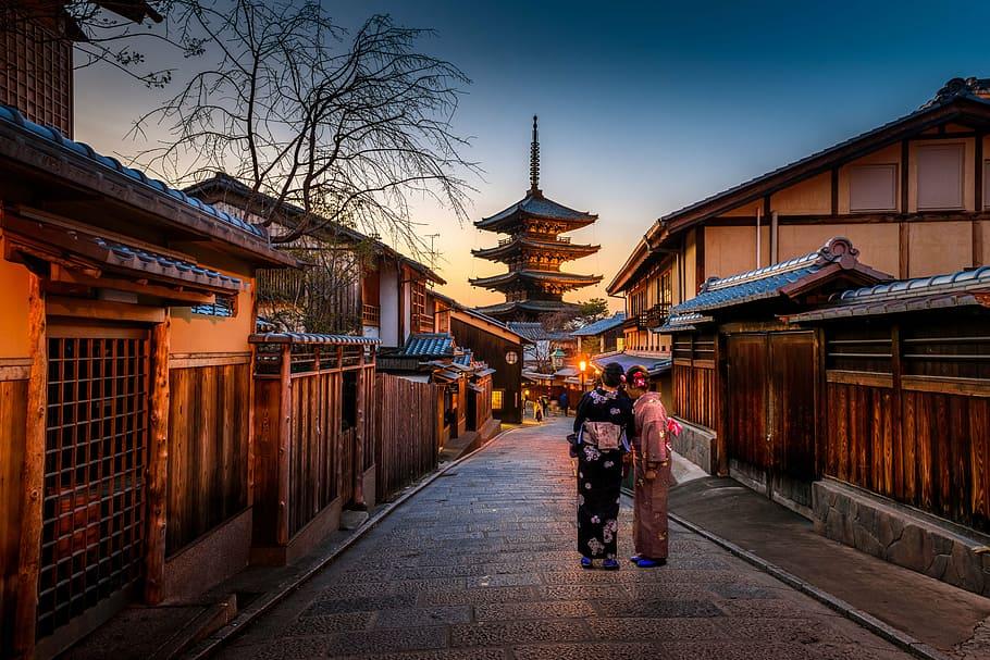 Japón, atardecer en Kyoto. Mujeres con kimono tradicional.