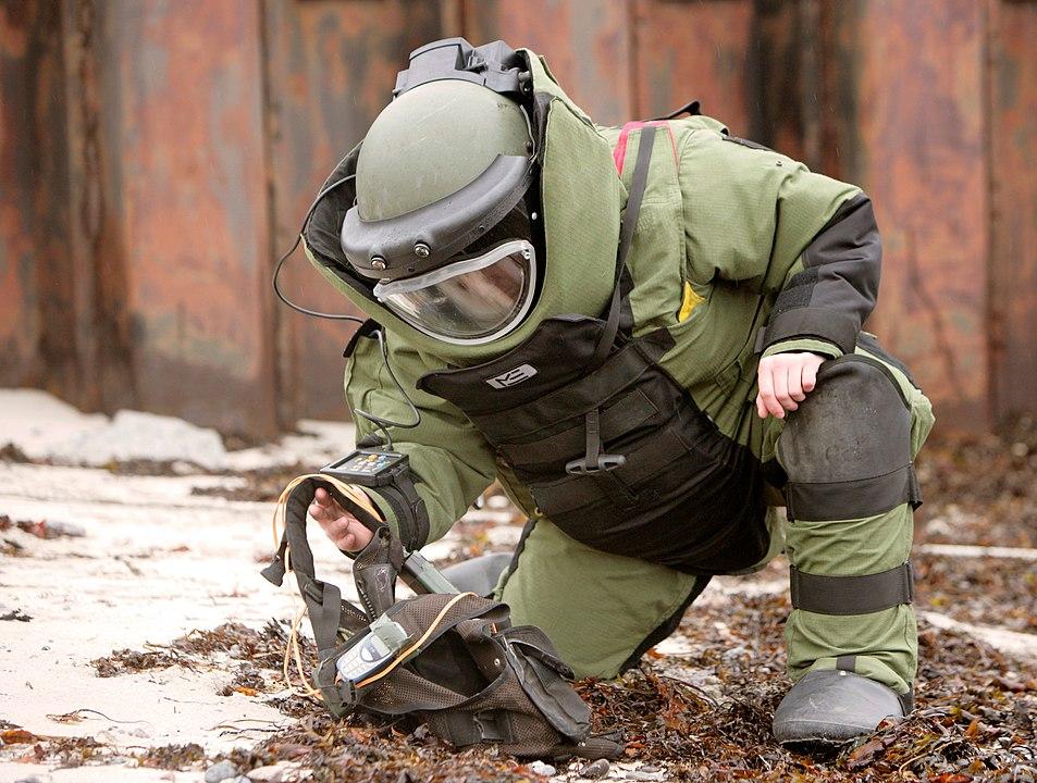 putolunes - traje de oficina - desactivación de bombas
